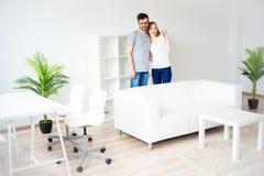 Pares en amor en un nuevo apartamento Fotografía de archivo