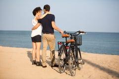 Pares en amor en una playa Imagenes de archivo