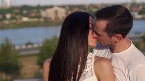 Pares en amor junto en verano en parque almacen de video