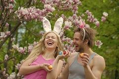 Pares en amor en la flor de la magnolia, primavera Familia imagen de archivo