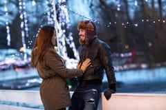 Pares en amor en la pista de hielo Fotos de archivo