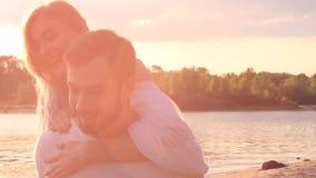 Pares en amor en la playa metrajes