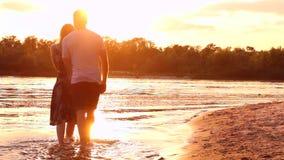 Pares en amor en la playa almacen de video