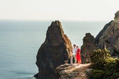 Pares en amor en la puesta del sol por el mar honeymoon Viaje de la luna de miel Muchacho y muchacha en el mar El viajar del homb fotografía de archivo