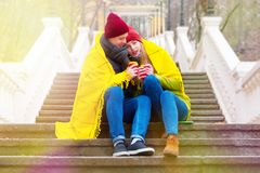 Pares en amor en parque en otoño Imágenes de archivo libres de regalías