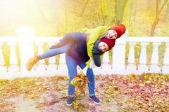 Pares en amor en parque en otoño Fotografía de archivo