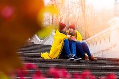Pares en amor en parque en otoño Foto de archivo