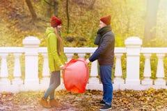 Pares en amor en parque en otoño Imagen de archivo