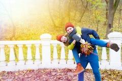 Pares en amor en parque en otoño Imagen de archivo libre de regalías