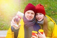 Pares en amor en parque en otoño Foto de archivo libre de regalías