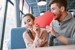 Pares en amor una fecha en café en día de tarjetas del día de San Valentín Imágenes de archivo libres de regalías