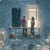 Pares en balcón el día de tarjeta del día de San Valentín fotos de archivo