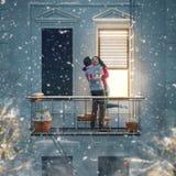 Pares en balcón el día de tarjeta del día de San Valentín fotografía de archivo