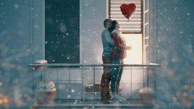 Pares en balcón el día de tarjeta del día de San Valentín almacen de metraje de vídeo