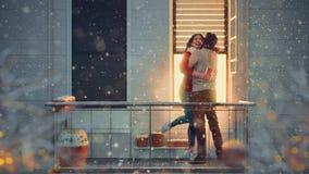 Pares en balcón el día de tarjeta del día de San Valentín metrajes
