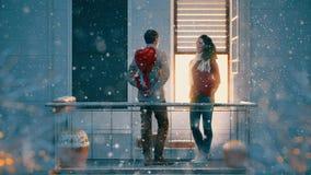 Pares en balcón el día de tarjeta del día de San Valentín