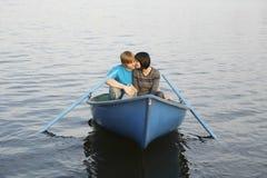Pares en bote de remos en el lago Imagenes de archivo
