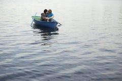 Pares en bote de remos en el lago Fotos de archivo libres de regalías