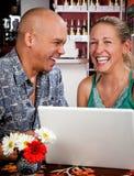 Pares en café con el ordenador portátil Imagen de archivo libre de regalías