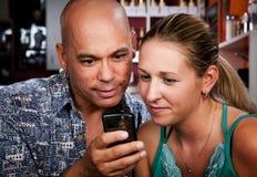 Pares en café con el teléfono celular Imagenes de archivo