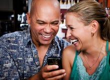 Pares en café con el teléfono celular Imágenes de archivo libres de regalías
