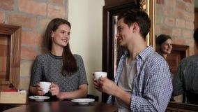 Pares en café Café de consumición de la gente joven y comunicación almacen de video