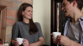 Pares en café Café de consumición de la gente joven y comunicación metrajes