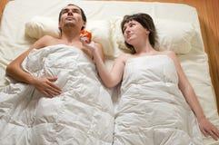 Pares en cama Fotos de archivo libres de regalías