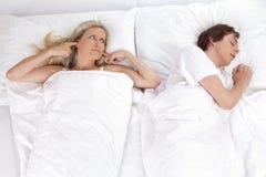 Pares en cama Fotos de archivo