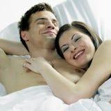 Pares en cama Imagen de archivo