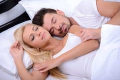 Pares en cama Imagenes de archivo