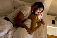 Pares en cama Fotografía de archivo libre de regalías