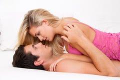 Pares en cama con el sexo y el afecto Fotos de archivo libres de regalías
