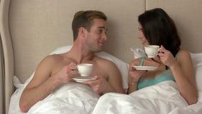 Pares en cama con las tazas metrajes