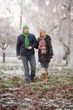 Pares en caminata del invierno con paisaje escarchado Foto de archivo libre de regalías