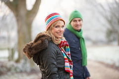 Pares en caminata del invierno con paisaje escarchado Imágenes de archivo libres de regalías