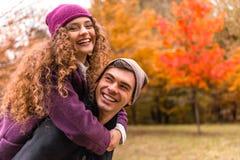 Pares en caminata del otoño Foto de archivo libre de regalías