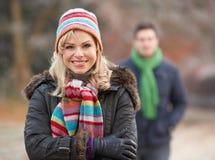 Pares en caminata romántica del invierno imagen de archivo libre de regalías