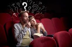 Pares en cine con preguntas Fotos de archivo