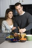 Pares en cocina. fotos de archivo libres de regalías