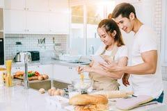 Pares en cocinar el momento Imagen de archivo libre de regalías