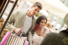 Pares en compras Fotos de archivo libres de regalías