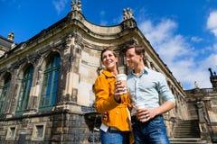 Pares en Dresden en Zwinger con café Imágenes de archivo libres de regalías