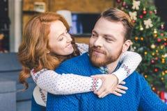 Pares en el abarcamiento caliente de los suéteres Fotografía de archivo