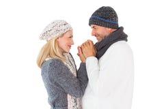 Pares en el abarcamiento de la moda del invierno Foto de archivo