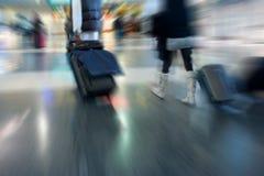 Pares en el aeropuerto Imagenes de archivo