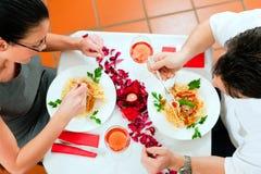 Pares en el almuerzo o la cena Imágenes de archivo libres de regalías