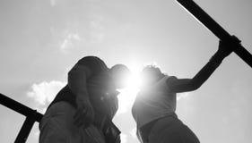 Pares en el amor al aire libre fotografía de archivo