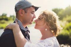 Pares en el amor al aire libre foto de archivo libre de regalías