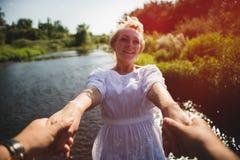 Pares en el amor al aire libre fotos de archivo libres de regalías